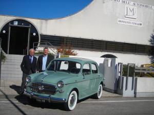 """Immagine: la Fiat 1100 posa davanti al Museo """"Bonfanti-VIMAR"""" con accanto Nino Balestra e Stefano Chiminelli, presidente del Circolo Veneto Automoto d'epoca """"Giannino Marzotto""""."""
